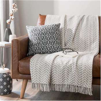 100% cotton fringed throw with grey chevrons SVELTAN (160 x 210cm)